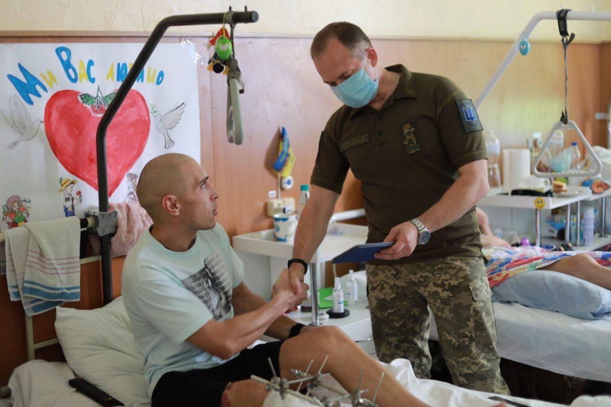 Командувач Сухопутних військ ЗСУ нагородив поранених військовослужбовців