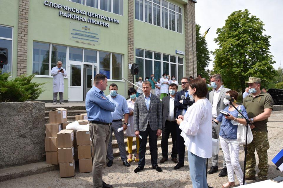 На Донбасі посли чотирьох республік передали гуманітарну допомогу військовим та лікарям