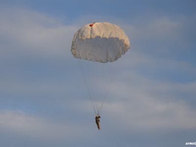 Як у небі десантницями стають