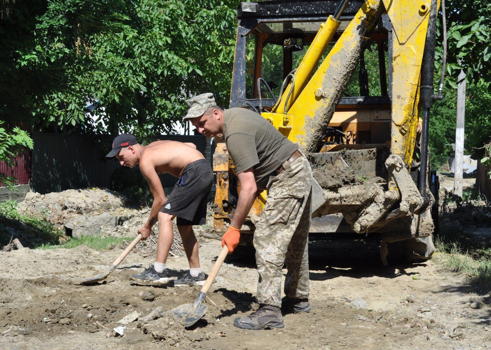 На Буковині військові допомагають населенню долати наслідки повені