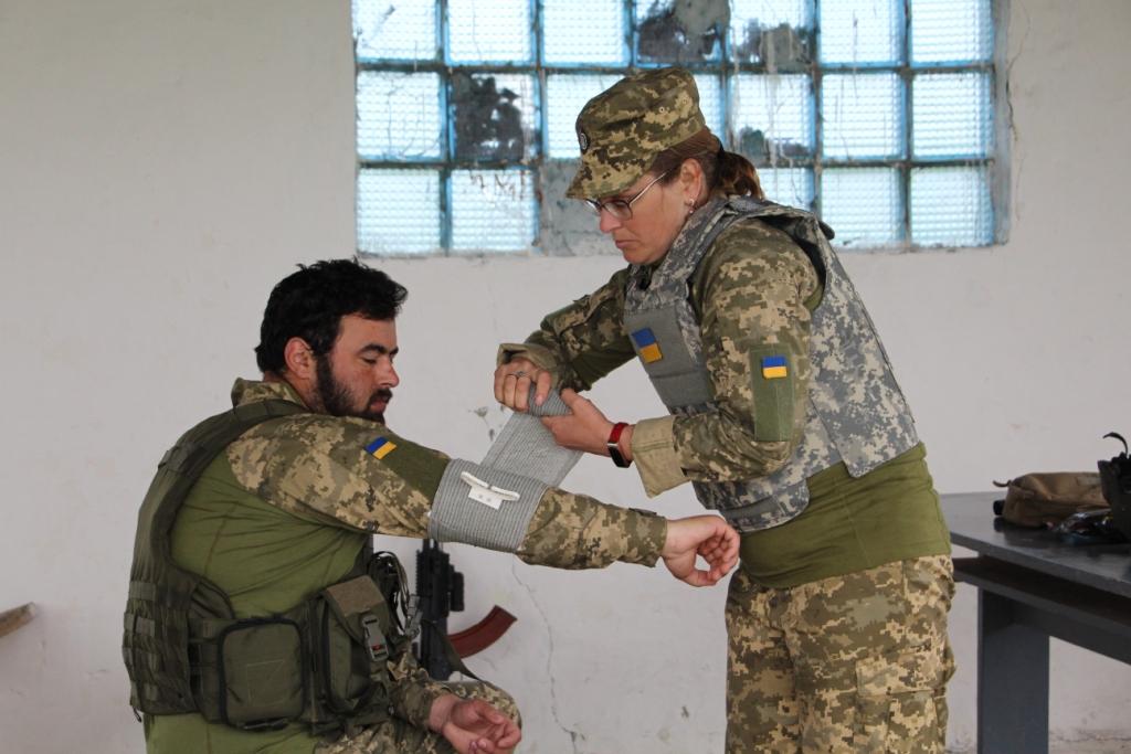 Контролювати стан пораненого до прибуття евакуаційної бригади вчить санінструктор Оксана