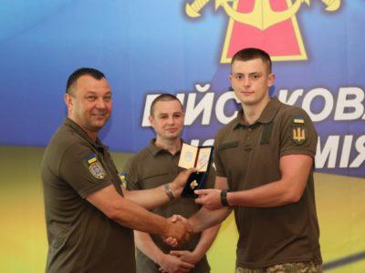 Військовий аташе Великої Британії прийшов на нагородження українського курсанта