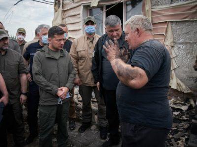 Володимир Зеленський ознайомився з перебігом ліквідації наслідків лісових пожеж у Луганській області та поспілкувався з місцевими мешканцями