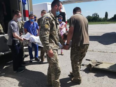 Військовий борт доставив тринадцять поранених військових до Києва на лікування та реабілітацію