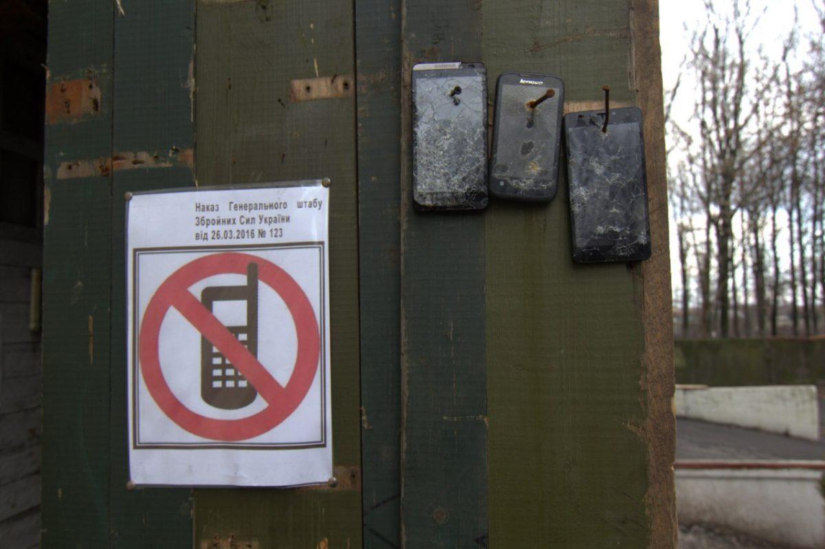 Мобільні телефони для військовослужбовців: заборонити не можна користуватися