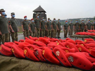 На Хортиці 500 запорізьких артилеристів урочисто отримали полум'яні берети