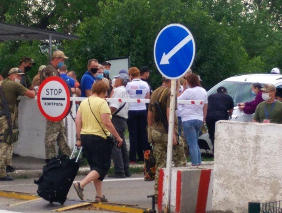 Військові на контрольному пункті в'їзду та виїзду «Новотроїцьке» попереджають про можливі ризики