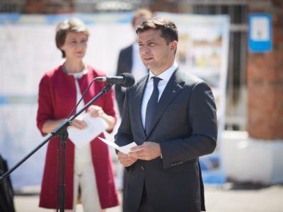 Зеленський пообіцяв будувати на КПВВ на Донбасі хаби з магазинами й адмінпослугами