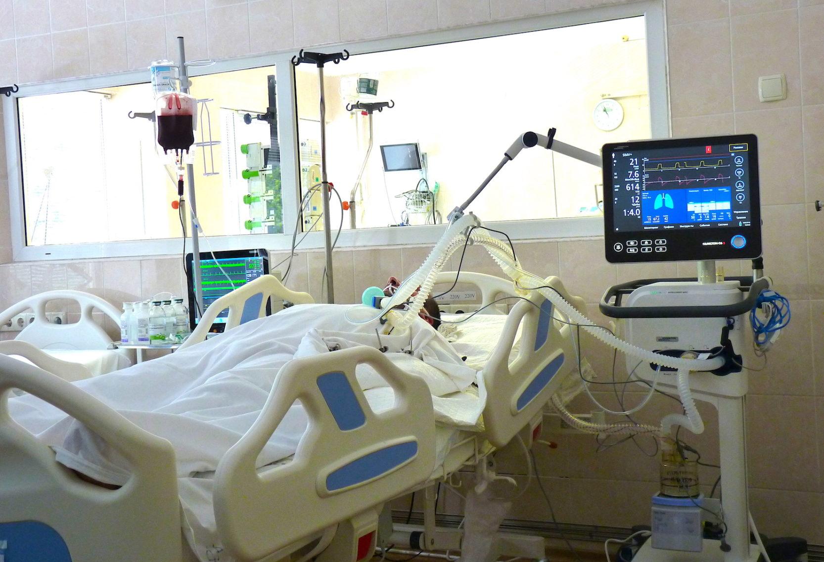У Дніпрі медики рятують життя воїну, якого поранив ворожий снайпер у районі ООС