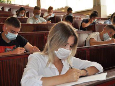 Дівчата нарівні з хлопцями складають вступні іспити до столичного ВІТІ