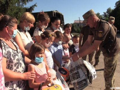 Військовослужбовці ООС із благодійниками й керівництвом Луганської ОДА забезпечили шкільним приладдям і рюкзаками учнів прифронтового Смолянинового