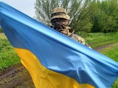 «На адмінбудівлі Луганського аеропорту майорів Державний Прапор, його не зачепили уламки і кулі. Можливо, будівлі й дерева захистили, а може – Бозя»