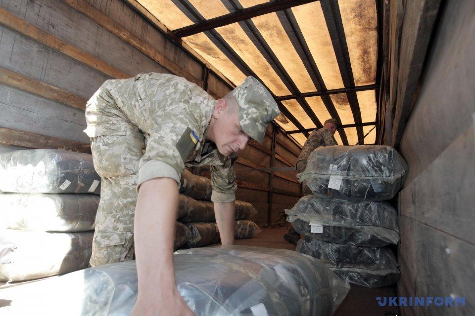 Як заповнюються військові склади зимовим одягом?
