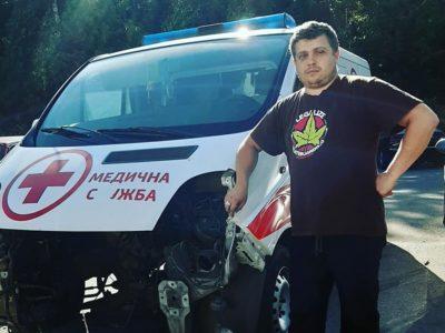 Незрячий вінницький волонтер із друзями ремонтує «швидку» для спецпризначенців