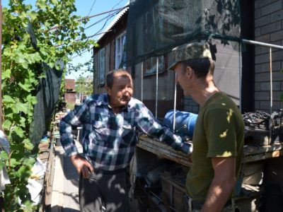 Співробітники ДСНС допомагають мешканцям  Водяного відновлювати будинки, які пошкодили російські снаряди