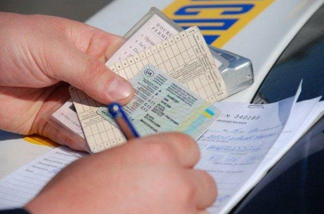 Кабмін затвердив нові автомобільні права і техпаспорт: що зміниться