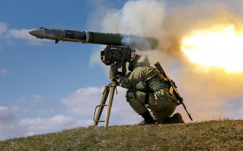 На маневрах у Росії пострілом ПТУР знищили власний танк
