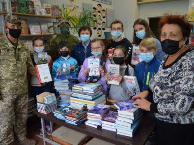 Військовослужбовці подарували учням прифронтових шкіл книги відомих українських письменників