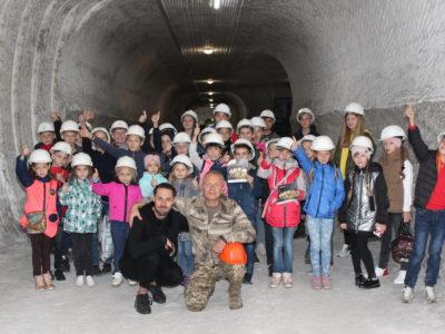 За підтримки командувача Об'єднаних сил ЗСУ в Соледарі для дітей Донбасу відбувся театральний мініфестиваль «Печера казок»