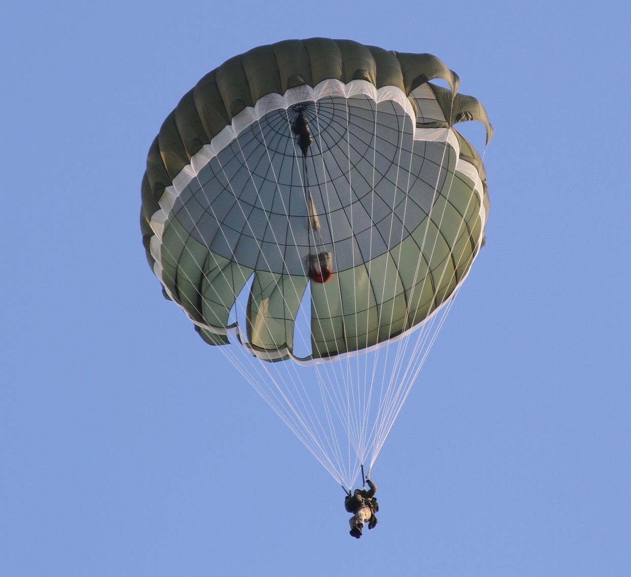 Нова партія польських парашутних систем надійде в Повітряні Сили ЗСУ до кінця року