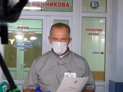 Пораненому бійцю, який підірвався на невідомому вибуховому пристрої, надають кваліфіковану медичну допомогу