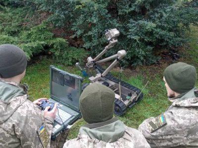 Як львівські курсанти з роботом-сапером тренуються