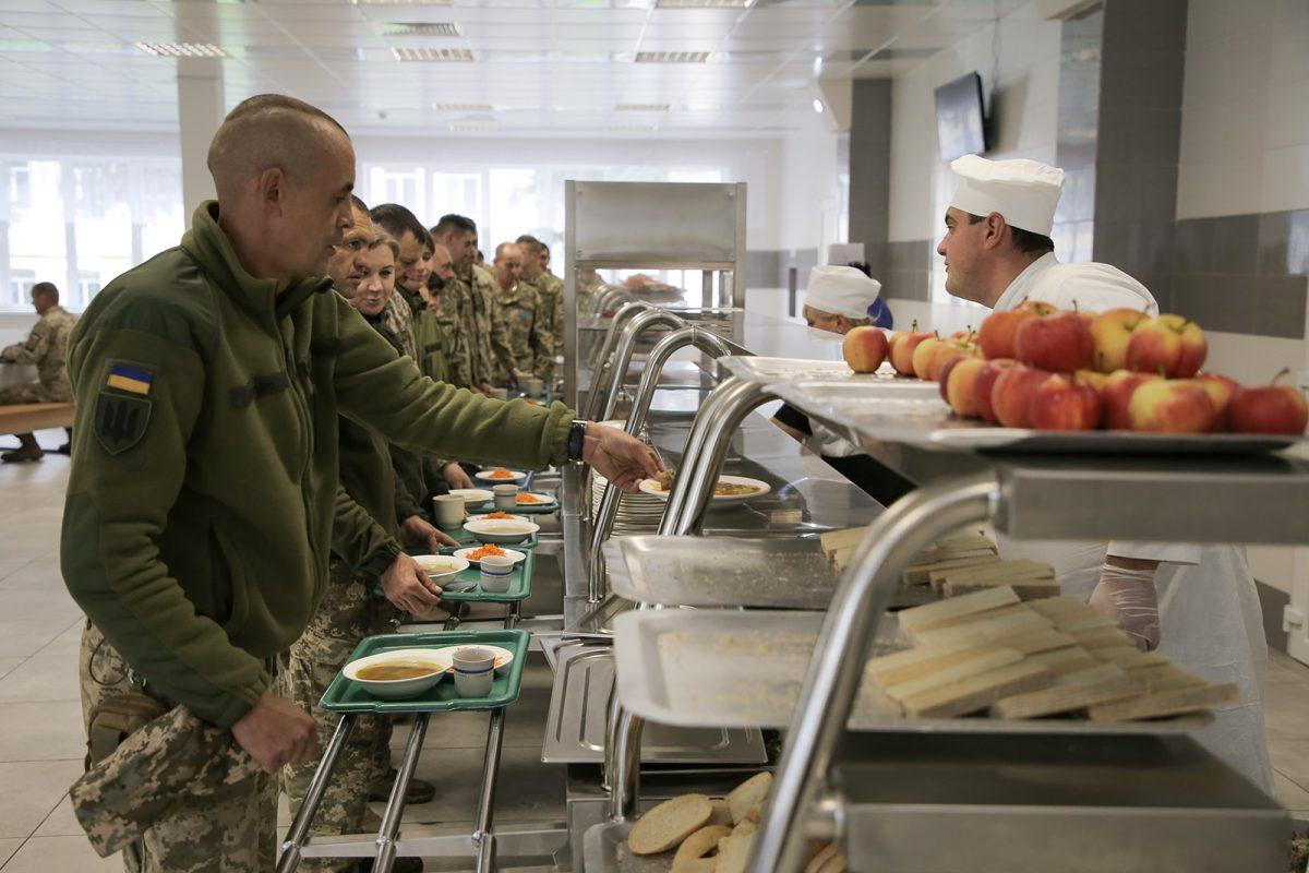 Воїни-зв'язківці тепер харчуються в оновленій їдальні