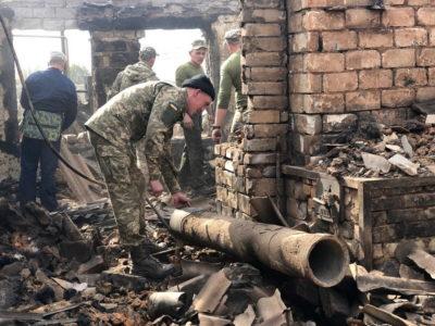 Військові Об'єднаних сил продовжують допомагати мешканцям Луганщини долати наслідки пожеж