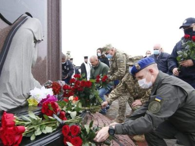 На найбільшому військовому кладовищі України вшанували пам'ять захисників, які загинули у війні з Росією