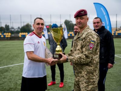 Полковник із України нагородив кубком польських колег