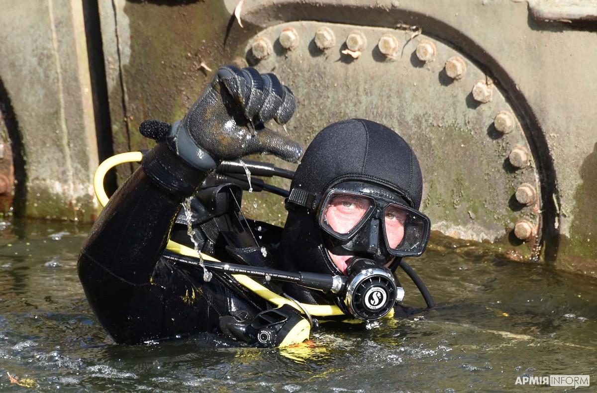 На Луганщині військові водолази провели інженерну розвідку понтонно-мостової переправи