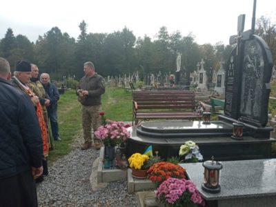 Є така традиція напередодні Дня захисника України прийти на могили тих, хто поліг у війні з російським окупантом