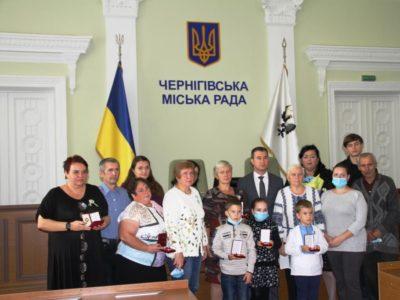 Почесне звання «Захисник України – Герой Чернігова», відзнаку та 47 тисяч гривень отримали члени родин загиблих воїнів