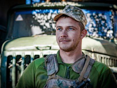 Щоб стати військовим водієм, Владиславу довелось записатися в морську піхоту та здійснити стрибок з парашутом