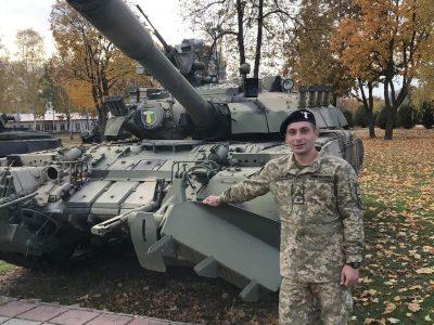 За плечима цього першокурсника не один десяток боїв і сотні кілометрів за важелями танка