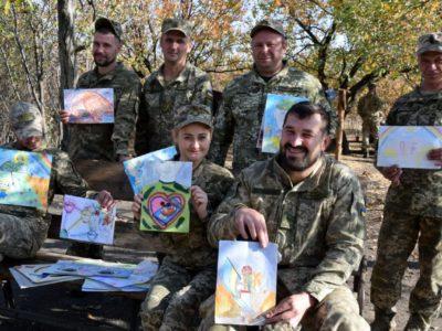 Дитячі малюнки конкурсу «Дитинство в долонях захисників» знайшли своїх героїв на передовій