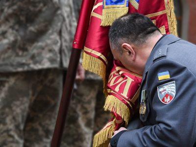 Герой України Олександр Трепак попрощався з бойовим прапором полку
