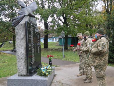 На стелі «Не повернулись з польоту» викарбували імена загиблих авіаторів АН-26Ш…