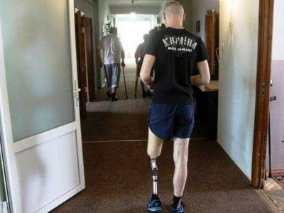 На Львівському протезному заводі ветеранів-інвалідів повертають до повноцінного життя