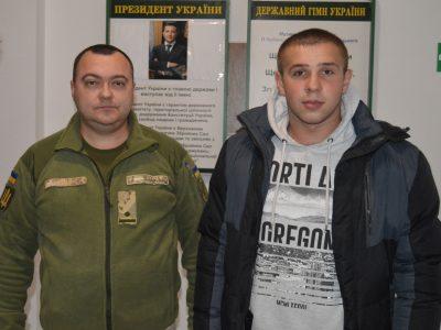На Тернопільщині до Збройних Сил України просяться сімнадцятирічні юнаки