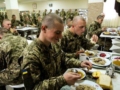 У яких умовах харчуються нині військові залізничники