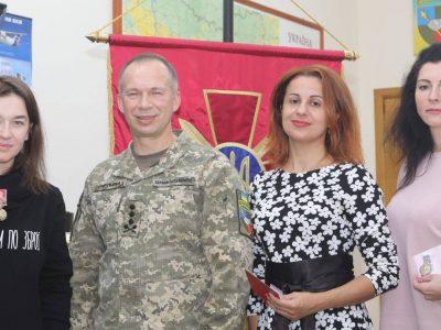 Командувач Сухопутних військ ЗС України нагородив волонтерів відомчими відзнаками