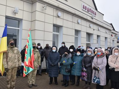 У прифронтовій Авдіївці урочисто зустріли потяг з Києва