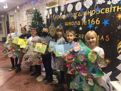 «Чекаємо на вас удома!» Учні столичної школи №166 передали  різдвяні листівки воїнам на передову