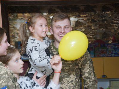 Військові Харкова привітали дітей-сиріт із Днем святого Миколая