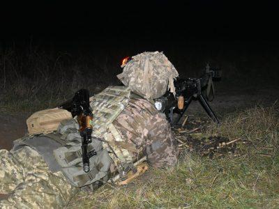 Десантники відпрацювали нічні стрільби з бронеавтомобілів «Козак-2»