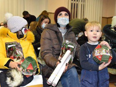 Дітки загиблих захисників отримали солодкі подарунки до Дня Святого Миколая