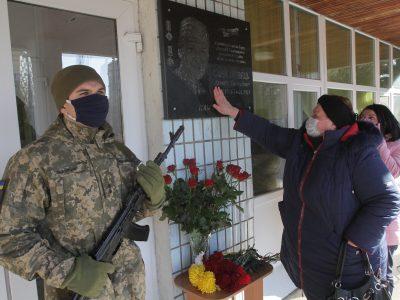 У Дніпрі встановили меморіальну дошку воїну-десантнику Артему Санжаровцю
