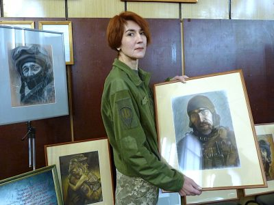 «Я хочу показати очі воїнів. Вони як дзеркало їхньої душі» – десантниця та художниця Катерина Полякова