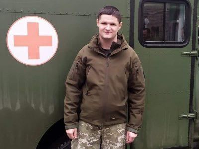 Він лейтенант і йому менше ніж 30, та він уже очолює госпітальне відділення